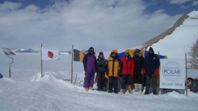 BELARE 2004 : Antarctic site survey team on the way to Sor Rondane Mountains